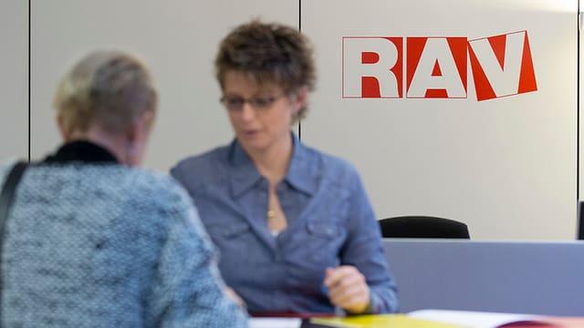 Eine arbeitslose Frau und eine Beraterin in einem Arbeitsvermittlungszentrum.