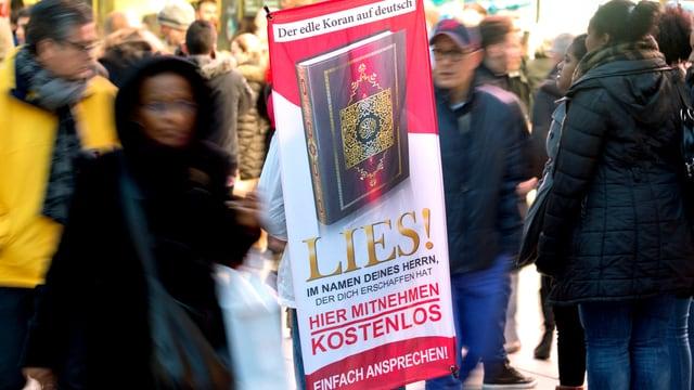 Szenenbild einer Verteilaktion der Organisation «Lies!»