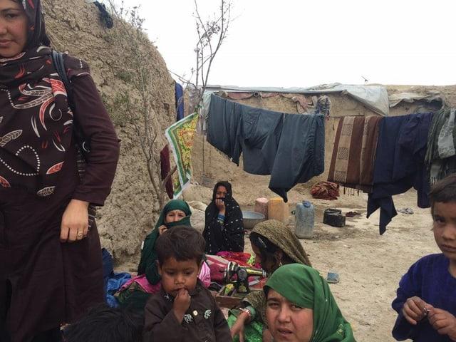Frauen und Kinder vor einer Wäscheleine im Flüchtlingscamp.