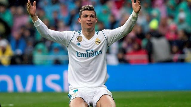 Cristiano Ronaldo verwirft die Hände.
