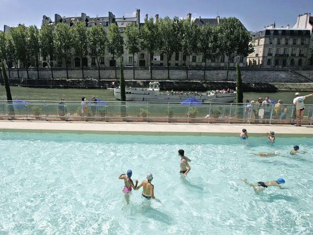 Badende im Freibad in Paris.