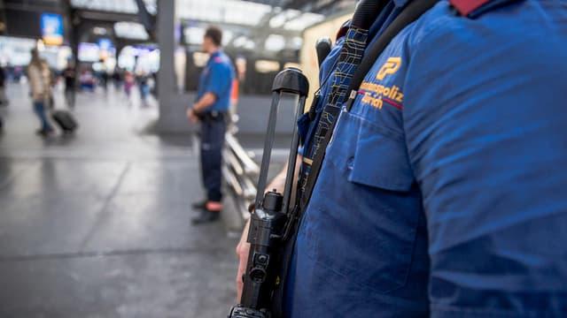 Polizei im Hauptbahnhof Zürich nach den Terroranschlägen von Paris.