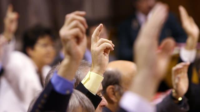 Hände in der Luft.