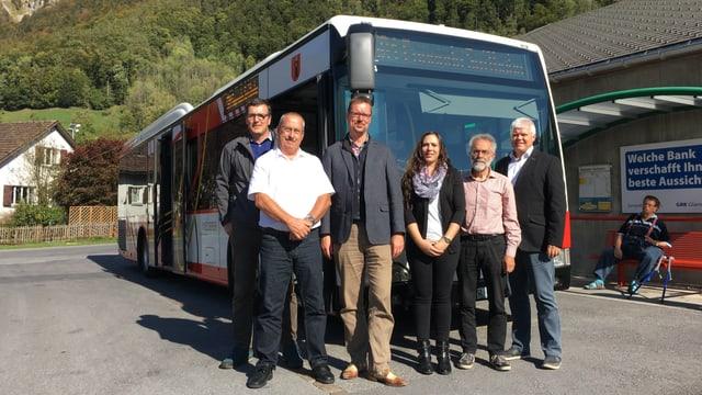 Gruppenfoto vor einem Bus