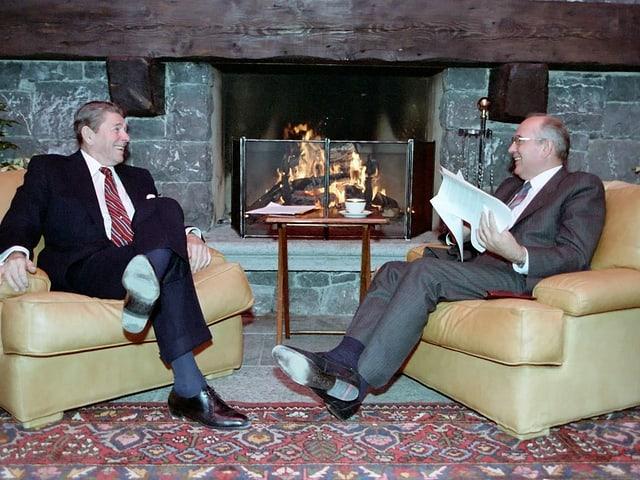 Reagan und Gorbatschow vor dem Kaminfeuer