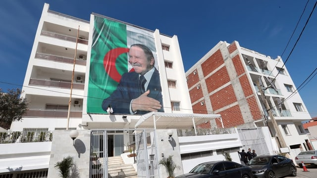 Bouteflika auf Plakat.