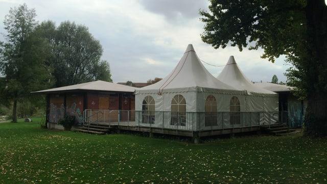 Holzpavillon mit Zelten