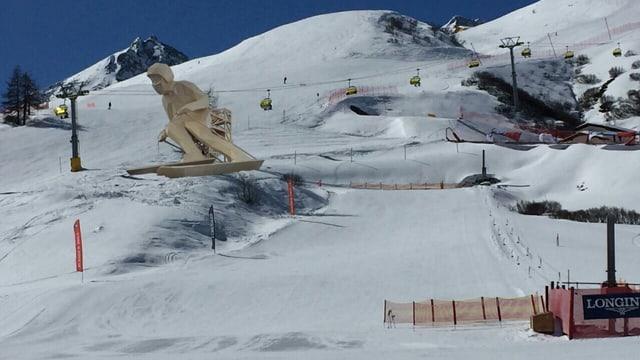 Ina figura d'in skiunz or da lain a l'ur d'ina pista da skis.