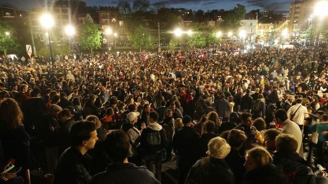 Tausende junge Leute feiern in Park.