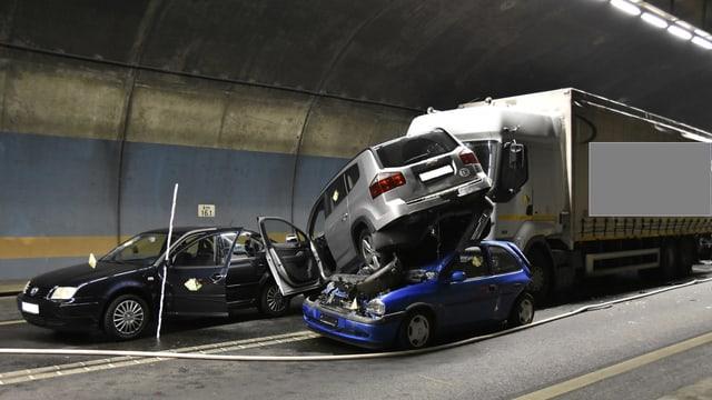 Unfallfoto der Polzei: Im Tunnel steht ein PW auf dem Dach eines anderen, dahinter ein Lastwagen.