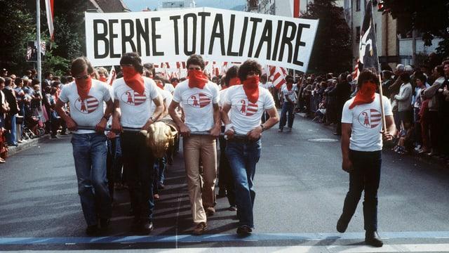 Mitglieder der jurassischen Béliers-Separatisten protestieren im Jahre 1980 gegen den Kanton Bern (Archivbild).