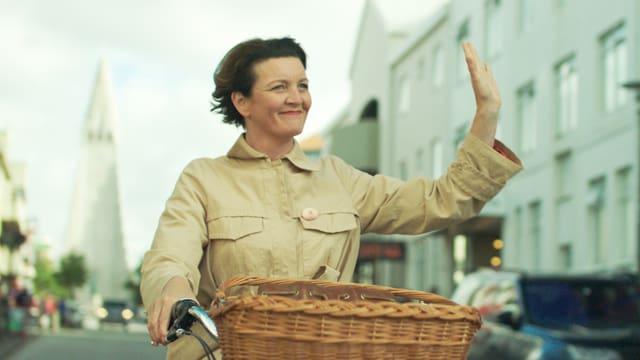 Halla fährt auf ihrem Fahrrad durch ein isländisches Städtchen.