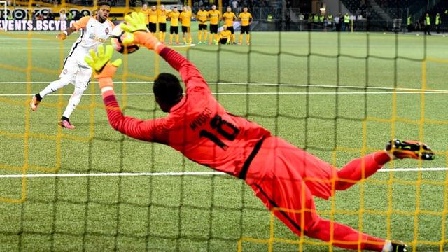 Fussball-Torhüter hält Penalty.