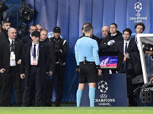 Neymar verfolgt aus nächster Nähe, wie Schiedsrichter Skomina die Video-Bilder konsultiert.