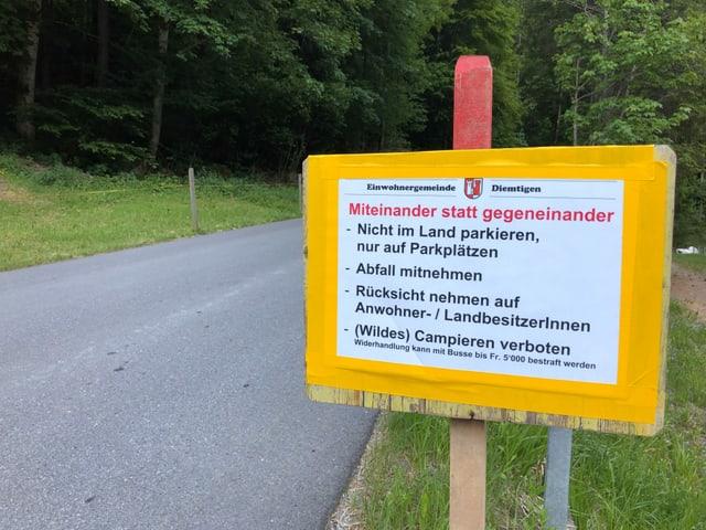 """Schild mit Appell an Wildcamper: """"Miteinander statt gegeneinander"""""""