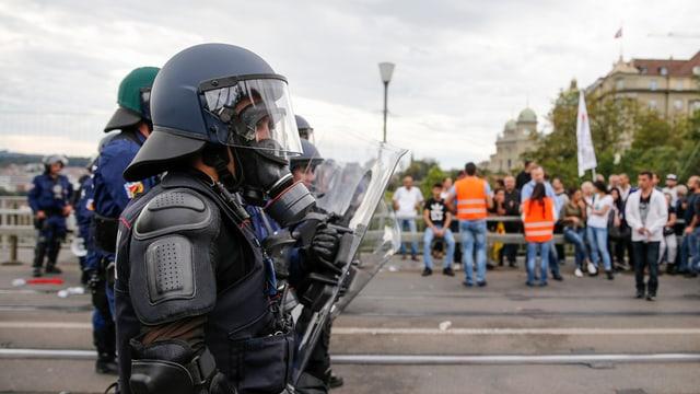 La polizia ha serrà la via suenter ch'igl ha dà cravals tranter Curds e Tircs naziunalists.