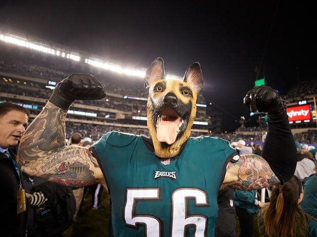 Ein Football-Spieler mit einer Hundemaske