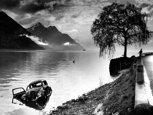 Ein verunfallter VW-Käfer im See