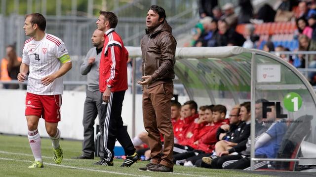 Der Wohler-Trainer Sciriaco Sforza feuert seine Spieler an, hinten der Vaduzer Trainer Giorgio Contini, beim Fussball Meisterschaftsspiel der Challenge League zwischen dem FC Vaduz und dem FC Wohlen am Sonntag, 4. Mai 2014, im Rheinpark Stadion in Vaduz.