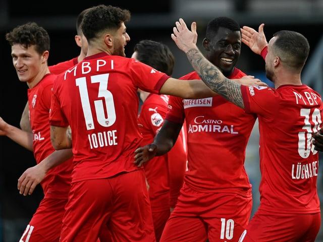 Mohamed Coulibaly jubelt mit seinen Teamkollegen über den 2. Penalty-Treffer.