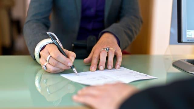 Bankkunde unterrschreibt Vertrag