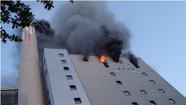 Rauch und Flammen kommen aus einem Gebäudeteil der Kehrichtverbrennungsanlage.