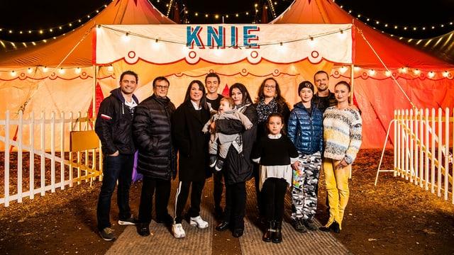 Gruppenbild der Familie Knie: v.l. Maycol Errani, Fredy Knie Jun., Mary-José Knie, Ivan Knie, Maycol jun., Géraldine Knie, Doris Knie, Chanel Knie, Chris Rui Knie, Franco Knie jun., Linna Knie-Sun.