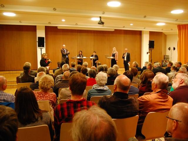 Publikum schaut auf Podium