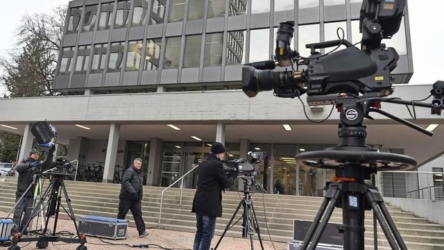 Kameras und Techniker vor einem Beton-Glasbau mit der Aufschrift Obergericht