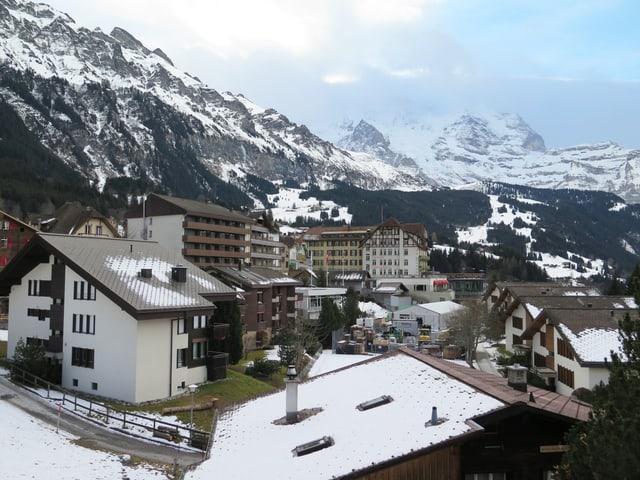 Blick über das Dorf Wengen, Berge im Hintergrund