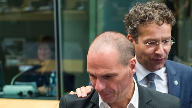 Dijsselbloem legt seine Hand zur Begrüssung um Varoufakis Schulter.