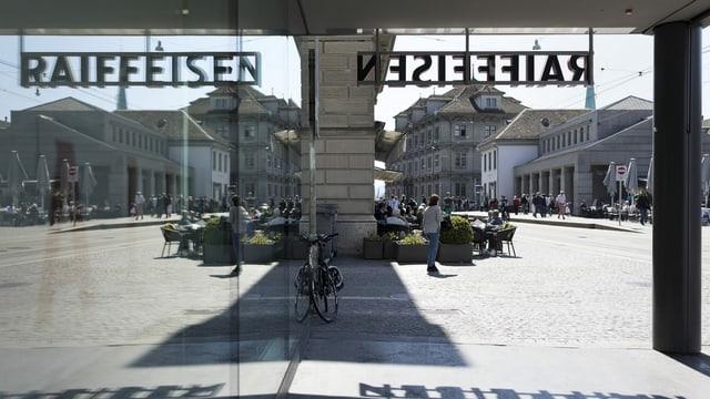 La banca Raiffeisen a Turitg da dadens anora cun logo.
