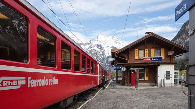 tren da la viafier retica che stat a la staziun da preda