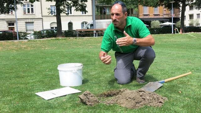 Heinz Schindler, Leiter Grünflächen Basel West, überprüft den Boden auf der Voltamatte.