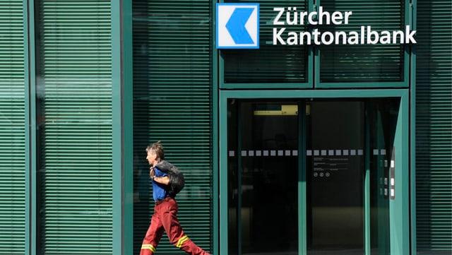 Blick auf ZKB Gebäude - eine Person rennt an der Tür vorbei.