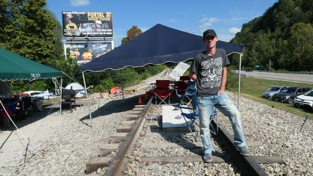 Ein Mann steht auf einem Bahngleis
