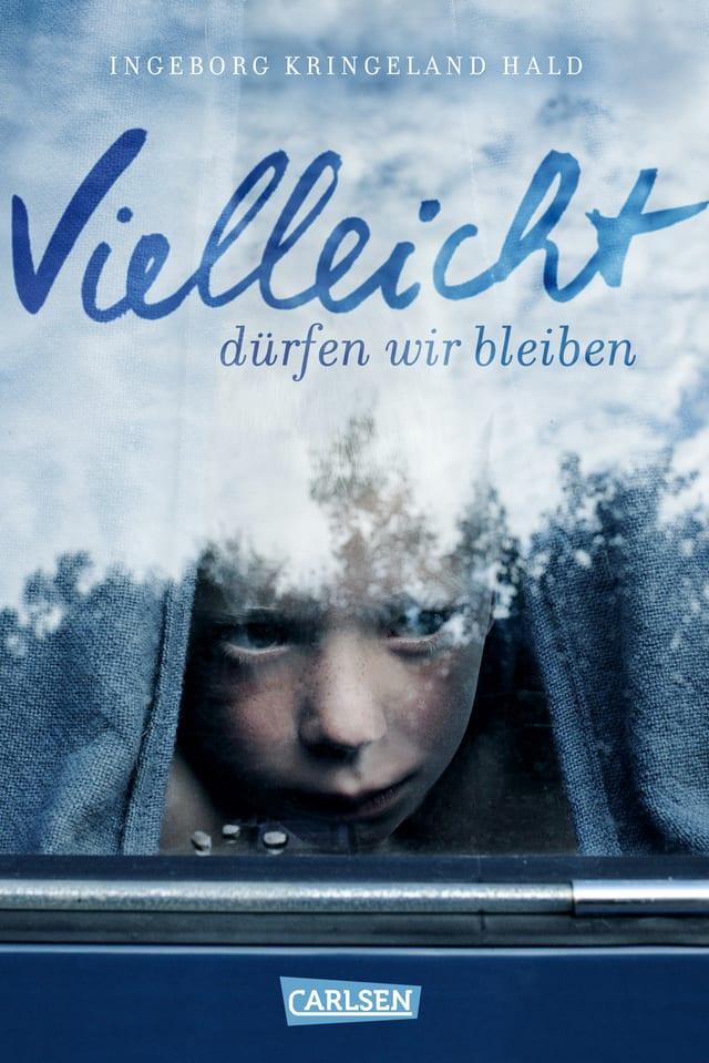 Buchcover: Eine Junge schaut aus dem Fenster, links und rechts ein Vorhang.