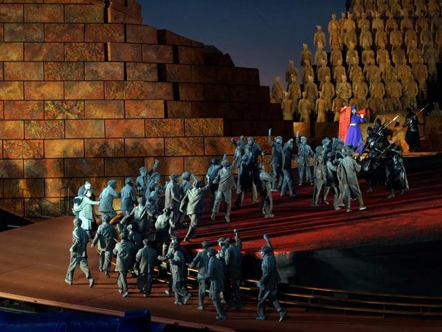 Bühne: Chinesische Soldaten vor einer grossen Mauer.