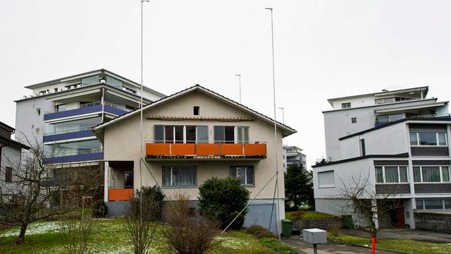 Wohnquartier in Cham mit Bauprofilen für den geplanten Bau eines Mehrfamilienhauses.