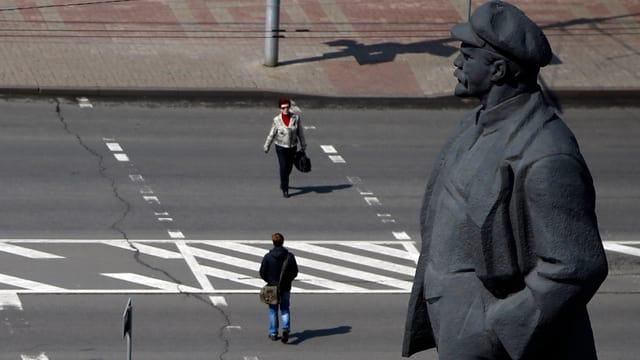 Lenin-Statue vor einer Strasse