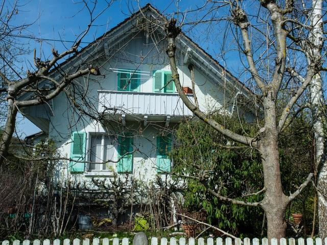 Haus mit Bäumen im Vordergund