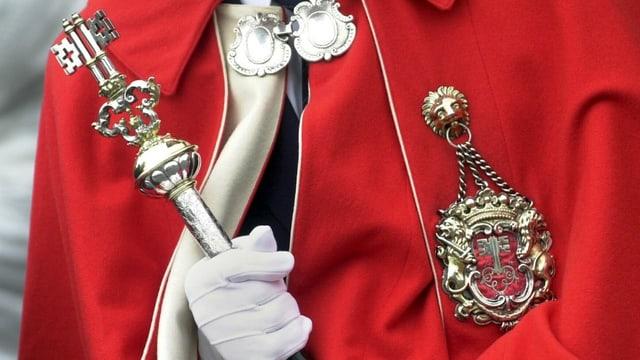 Insignien der Macht und Gerichtsbarkeit: Ein Glarner Weibel trägt die typische rote Robe.