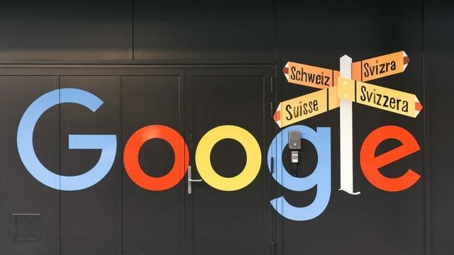 Google-Logo mit Schweiz-Bezug an einer Häuserwand.