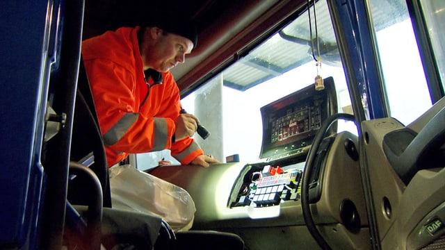 Beamter untersucht einen Lastwagen.