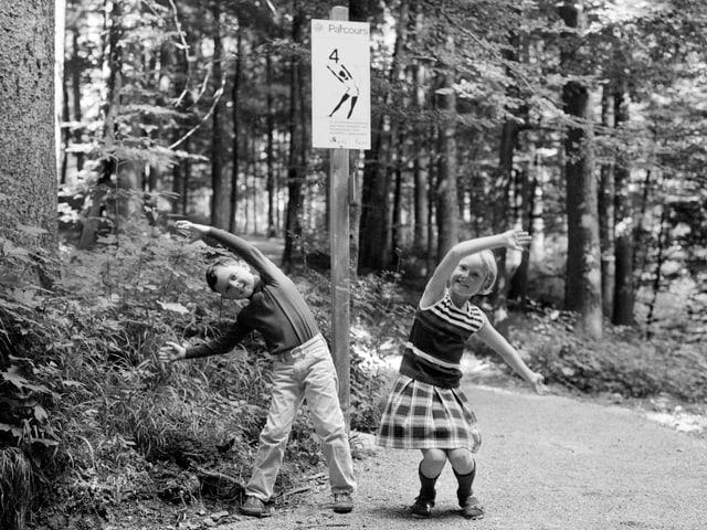 Zwei turnende Kinder