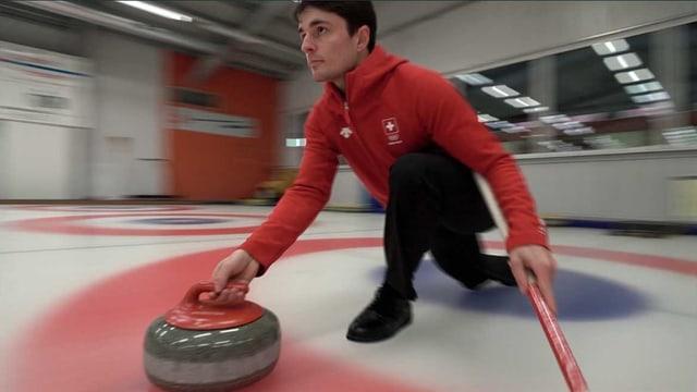 Benoît Schwarz stösst einen Curling-Stein.
