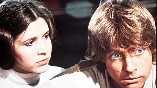 Carrie Fisher als Prinzessin Leia und Mark Hamill in der Rolle des Luke Skywalker.