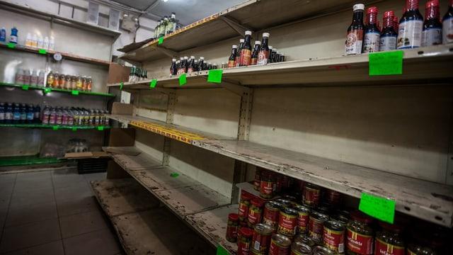 Fast leere Produktregale in einem venezolanischem Supermarkt.