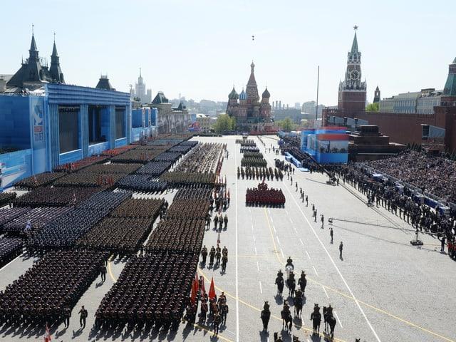 Der Rote Platz in Moskau mit hunderten von Soldaten.