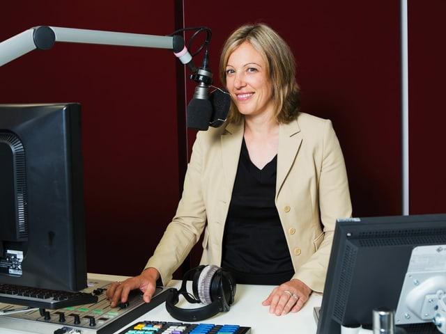 Forumsleiterin Yvonne Hafner im Radiostudio.